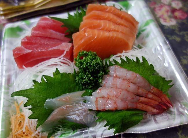 半額刺身4点盛りと本マグロ中トロの私がよくやるオーソドックス手巻き寿司