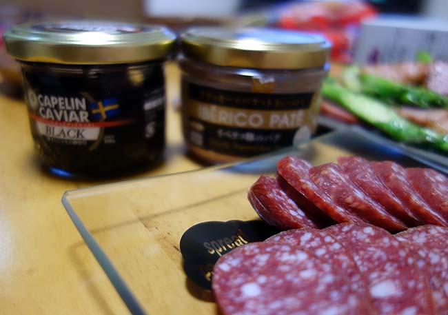業務スーパーの直輸入キャビアとイベリコ豚パテとアスパラベーコンでの晩酌