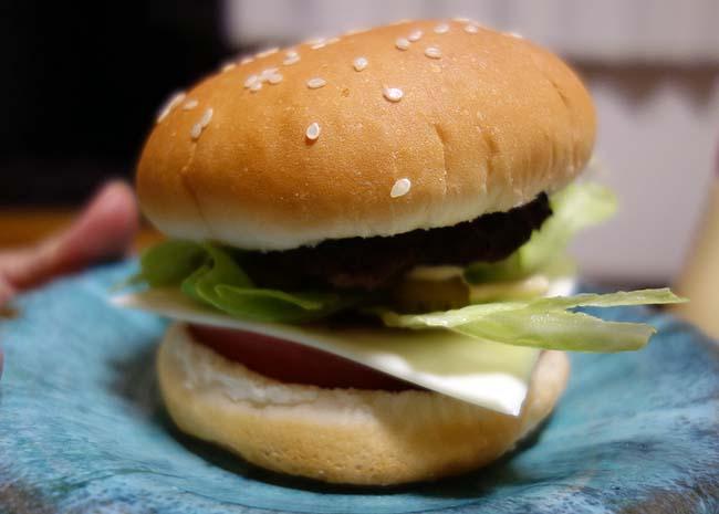 ハンバーグを焼いてセルフトッピングのハンバーガー作っての晩酌デー