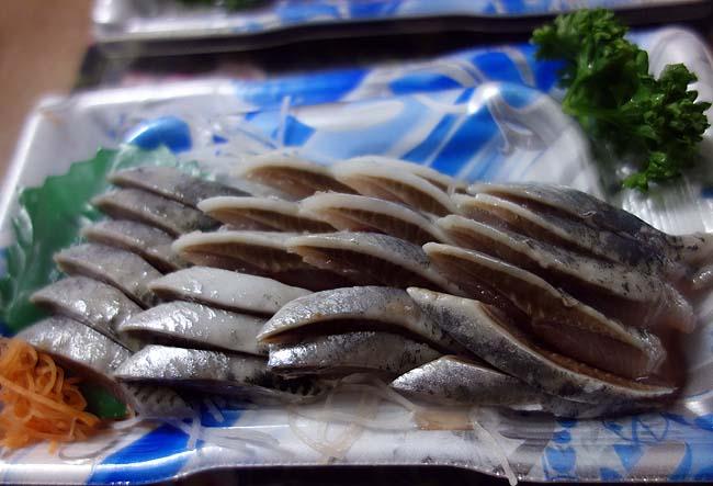 398円で殻付きウニ(雲丹)が売ってる北海道はすごいよな・・・この日は半額手巻き寿司