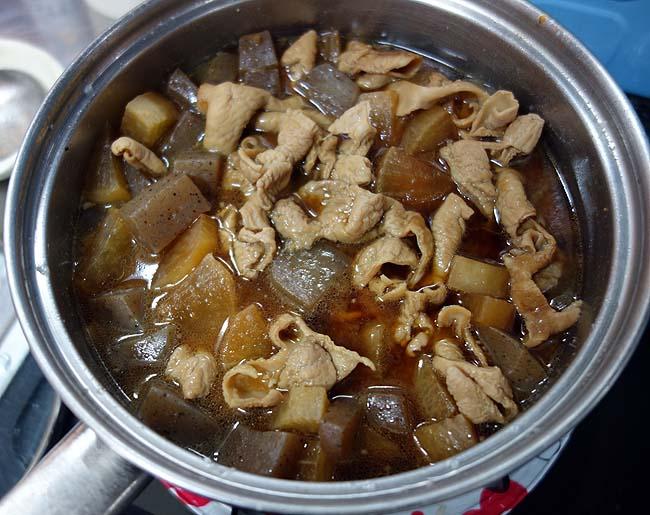 酒飲みが誰もが愛するこのアテ♪もつ煮込みを八丁味噌ベースで作ってウーロン割りを呑む
