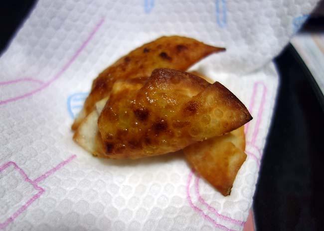 ブラジルお手軽料理の「パステウ」♪餃子の皮とキャベツとチーズ、ハムが余ってたので作ってみた
