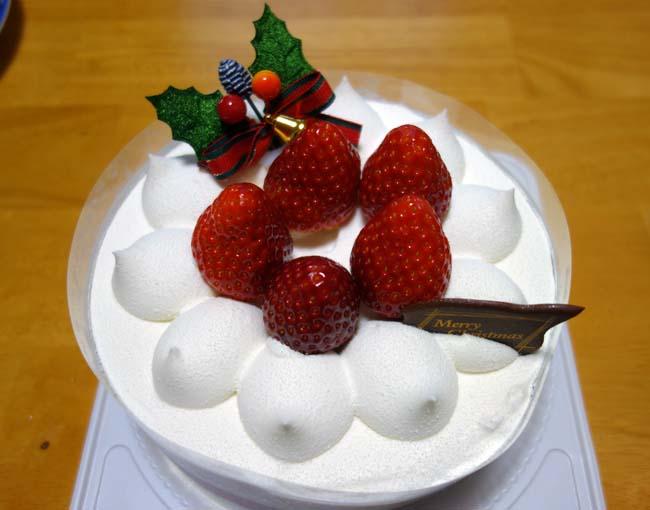 クリスマスイブ・・・セイコーマートの生クリームケーキ5号を2050円でホームパーティ