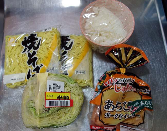 余ったご飯と食材を利用♪大盛りそばめしでお家昼飯タイム