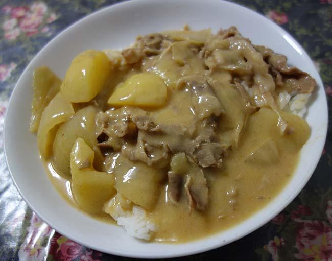 煮込み系料理と白飯大好きな私はこういうの虜♪シチューオンライス ビーフストロガノフ風ソース(ハウス食品)