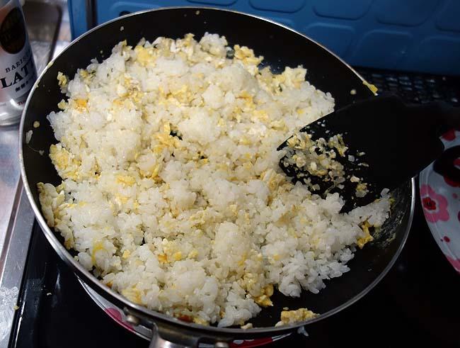昨日のご飯がたくさん残ってた次の日はやっぱこれ作るよね♪やきめしチャーハンはお手のもの