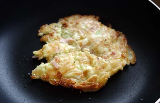 ハムキャベツチーズが食材に余ってない知恵を絞りだしお好み焼きもどきを作ってみた