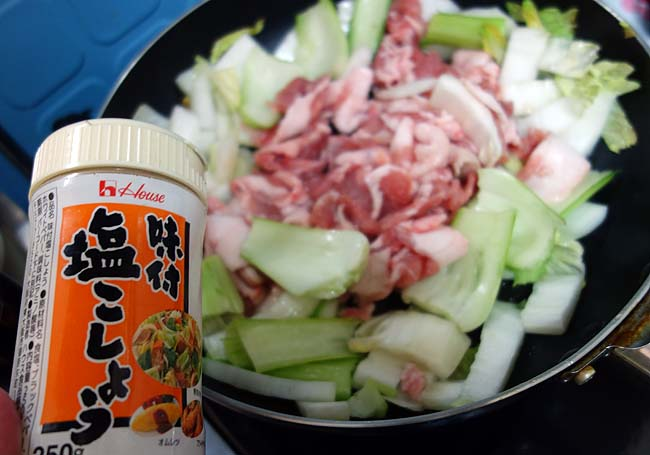 やきそば麺を油で揚げて♪イカたっぷり五宝菜あんかけかた焼きそば