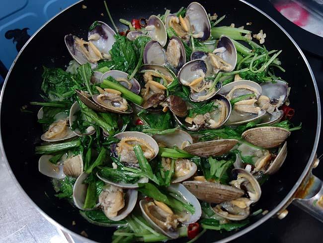業務スーパーのリングイネを使い簡単節約のパスタ料理♪本日は「あさりと水菜のボンゴレビアンコ」