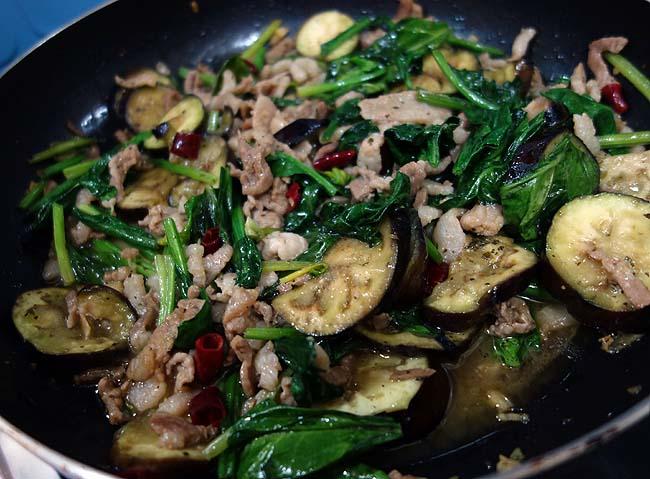 あまりにも豚肉の脂がすごすぎて。。。豚肉と茄子・ほうれん草の和風醤油パスタ