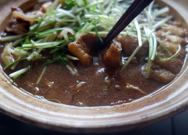 豚しゃぶ鍋をやった翌日の休日昼ごはんは味噌煮込みうどんに♪2日連続でも味変化