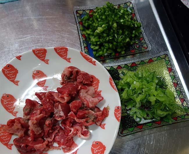 この焼肉のタレすごい!「牛角 炭火焼風醤油」アレンジして牛肉スタミナ炒飯を作ってみた