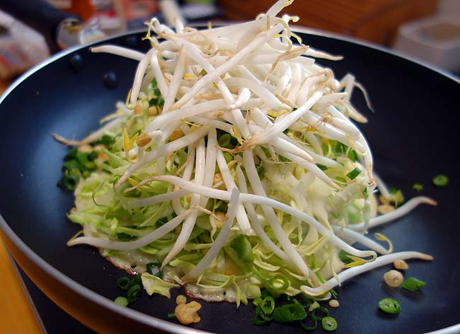 関西風ではない広島風のお好み焼きに今回初挑戦!ご当地の味に近づけることができるか?