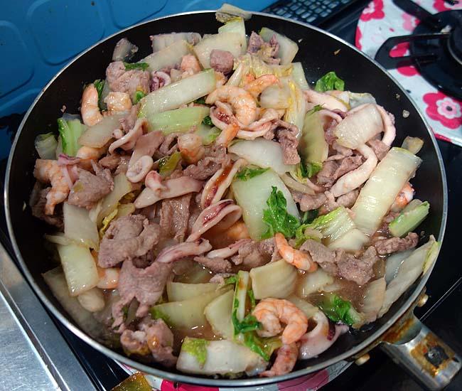 海老・イカ・豚肉を中心に中華風ニラ白菜塩炒め(八宝菜作りがベース)