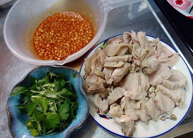 鶏むね肉ともも肉のガツンと衝撃受ける本格派ダブルカオマンガイ