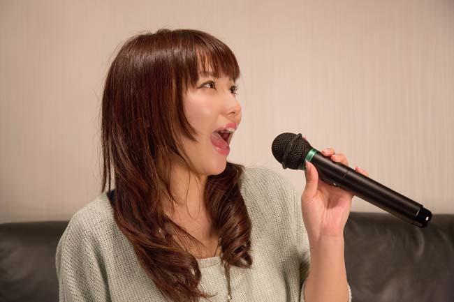 女性を次のステップへ導きやすい最良の手段が「カラオケ」どんな歌を歌う?