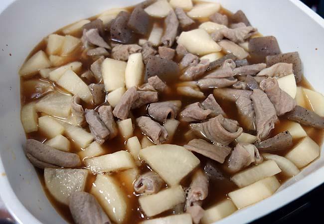 徹底的に複雑な煮込みツユにこだわった「豚モツホルモン煮込み」醤油ベース