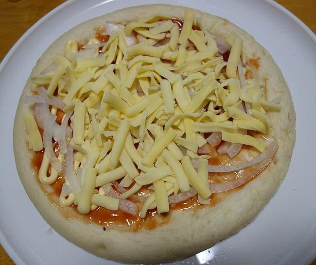 業務スーパー「ナポリ風ピザクラフト5食入り」でふんだんアラカルトトッピングピザ作成