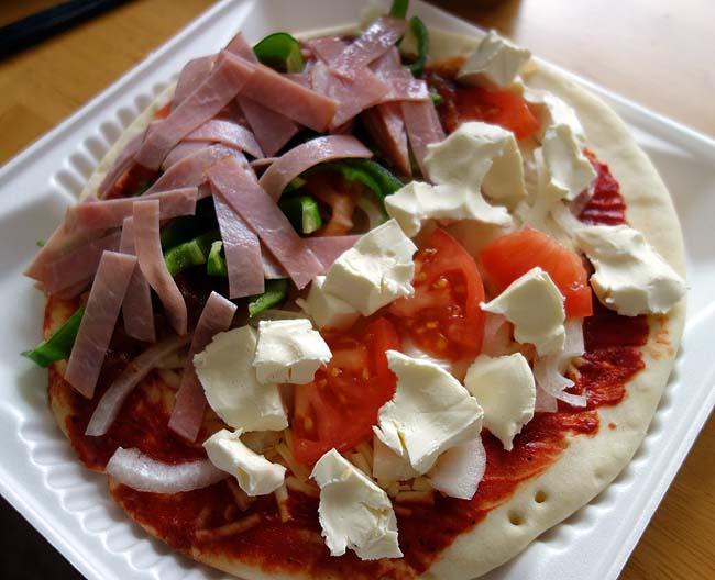 198円レトルトパックのピザにお好みトッピングしてのピザパーティでもやりましょう