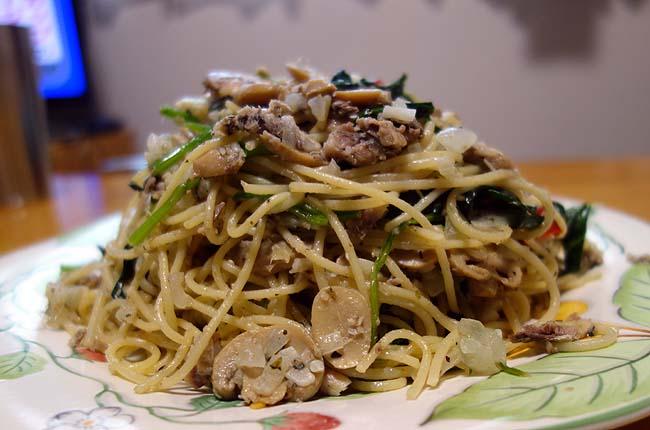 オイルパスタを食べたい!オイルサーディンとほうれん草・マッシュルームのペペロンチーノ