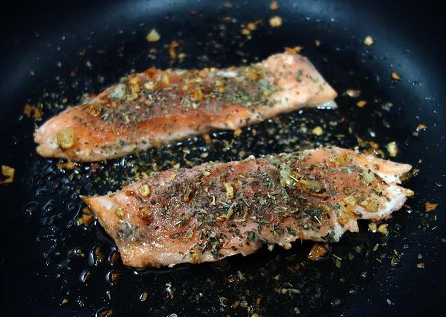 北海道ではよく手に入る安い海鮮!鮭のフレンチ風白ワイン蒸し~タルタルソースを添えて♪