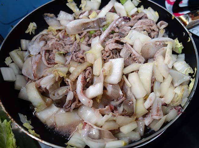 巨大な白菜が安く手に入った♪鹿児島黒豚と北海道するめいかを使った中華炒め(八宝菜風)
