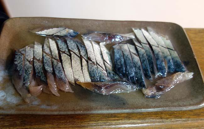 半額の真さば刺身を使ってしめ鯖(きずし)を作ってみたがこりゃ失敗だ・・・
