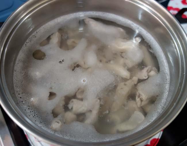 酒飲みならば誰もが好むこの味!今回は白味噌を使った「もつ煮込み」にしてみました