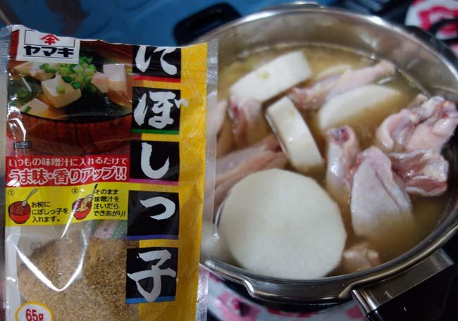 おでんの残り出汁を使って魚介風味を加え・・・鶏手羽中肉と大根で「手羽大根」