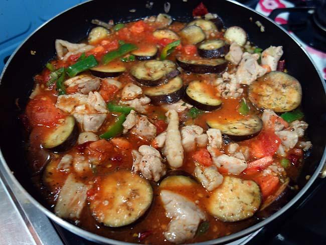 トマトがめっちゃブニュブニュに・・・生トマトを使った鶏肉茄子ピーマンパスタ