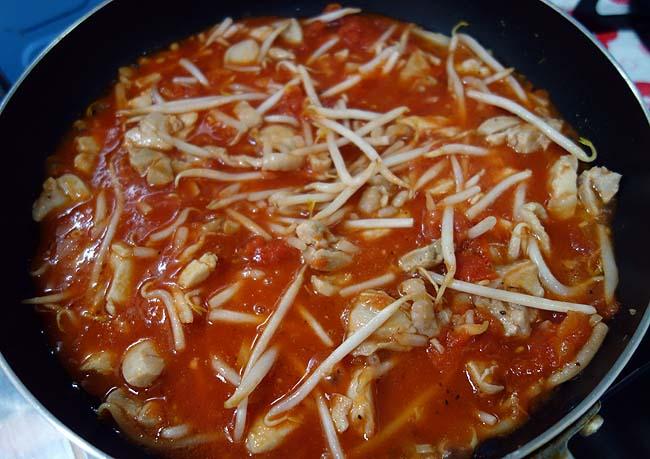毎回少しずつ変えてのアレンジパスタ料理♪「鶏肉のトマトソースパスタ」