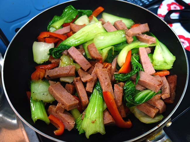 野菜庫の余った野菜を使ってスパムがあればできる沖縄簡単料理「チャンプル―」