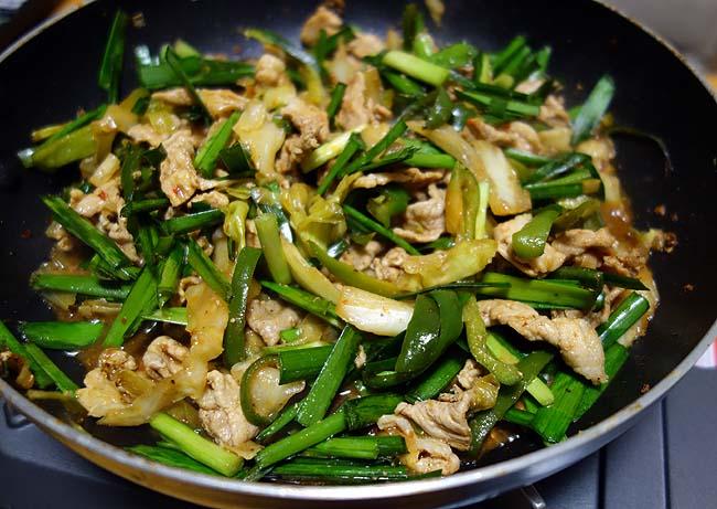回鍋肉・レバニラ・チンジャオロースの要素が揃った中華風味噌炒め