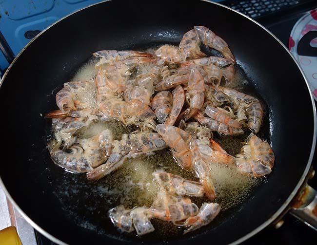 今回は節約パスタではなく贅沢に♪業務スーパー渡り蟹の缶詰を使った「甲殻類パスタ」