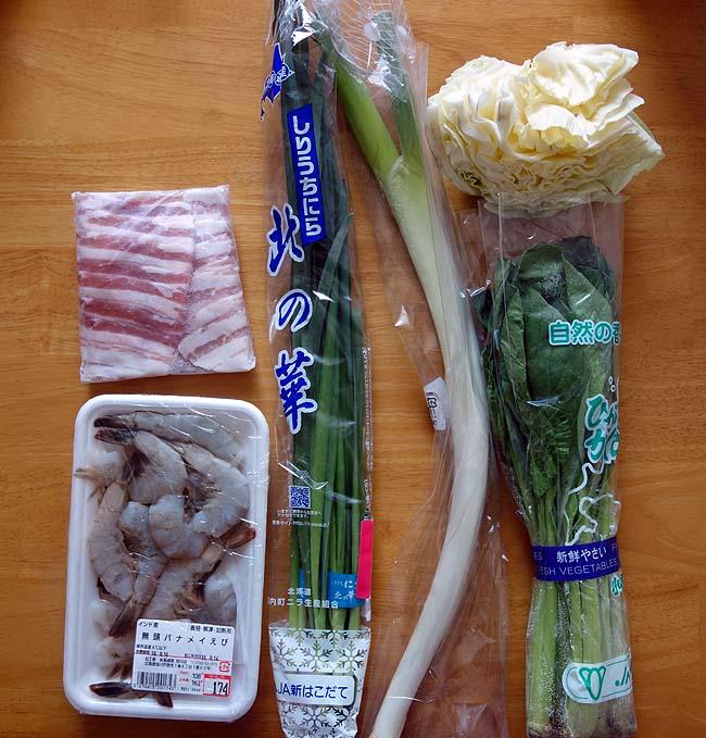 業務スーパーの8食入り乾燥ビーフン(189円)を使って今回は「海老と豚バラ肉の焼きビーフン」♪