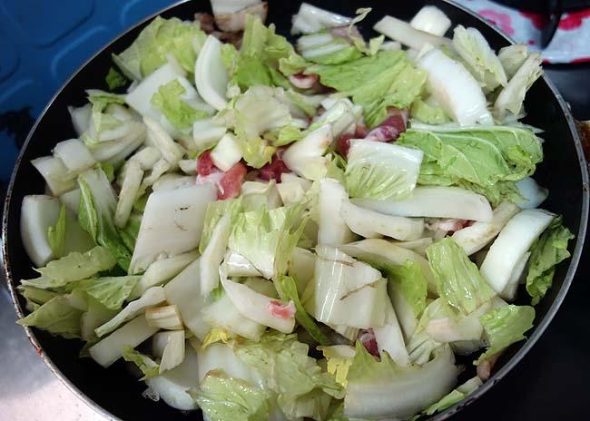 半額バナエイ海老・豚ロース肉を使った「海老豚肉中華塩炒め」一切塩使ってないが・・・