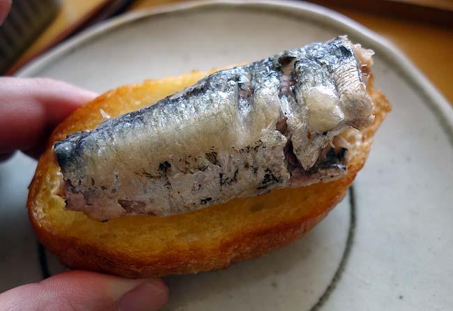 業務スーパー購入オイルサーディン/イベリコ豚パテ/ハラペーニョナチョスでパン昼呑み