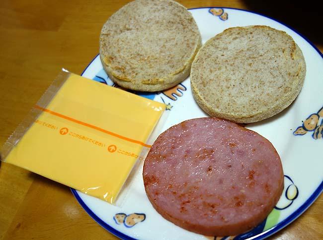 70%引き!4個51円の北海道産全粒粉マフィンを使ったお手軽ソーセージマフィン