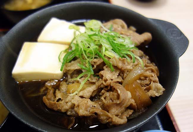 松屋の株主優待でお肉どっさり肉増し牛鍋膳生野菜セット830円も無料でいただけました♪
