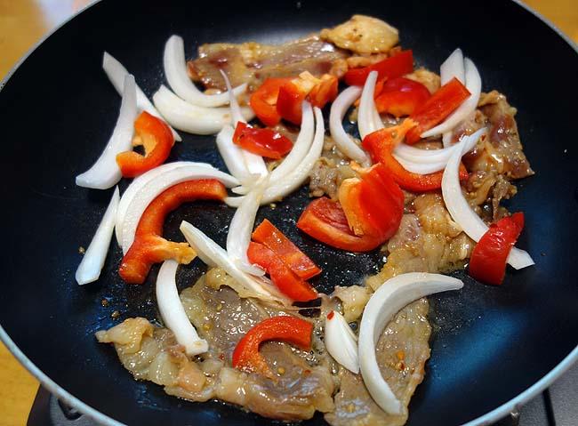 半額味付肉を2種類ゲットしたんで韓国グルメ「プルコギ」風に炒めましょう
