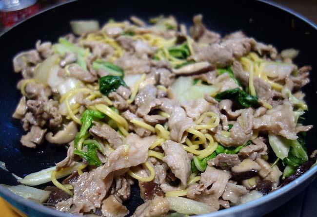 19円の焼きそば麺を使って豚肉白菜椎茸を使った「塩炒め焼きそば」