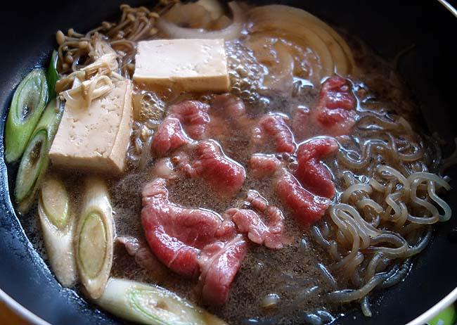 国産牛2種類・アメリカ牛・国産豚モモ肉を使った「すき焼き」