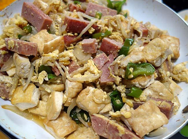 沖縄で食べたあの味を超えさせる!スパムたっぷり豆腐にこだわった「とーふちゃんぷる」