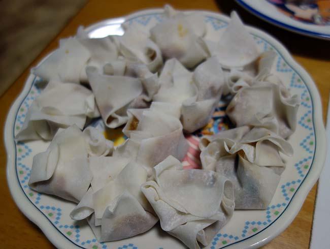 70%引き各30円で購入したワンタンとシュウマイの皮を使って雲呑スープと揚げ焼売